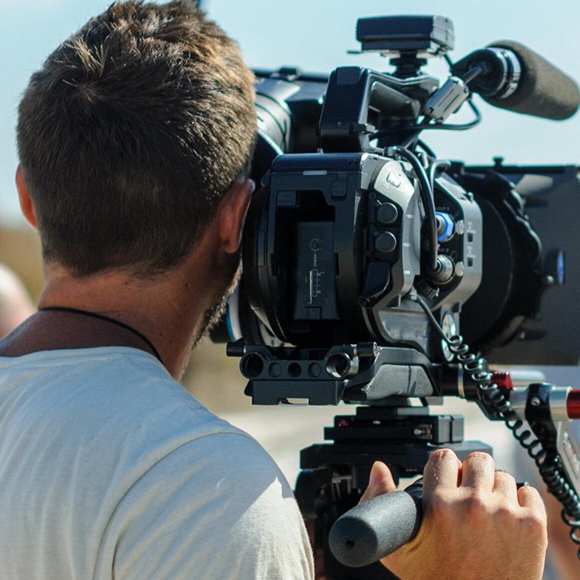 Camarógrafo con cámara de cine digital en trípode 15
